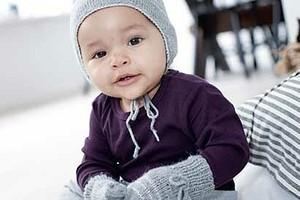Комплект из шапочки и варежек для малышей
