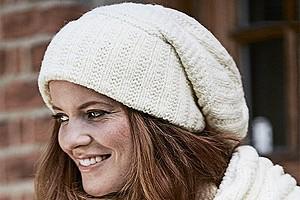 Белая шапка-бини