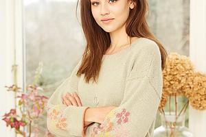 Джемпер с цветочным мотивом на рукавах