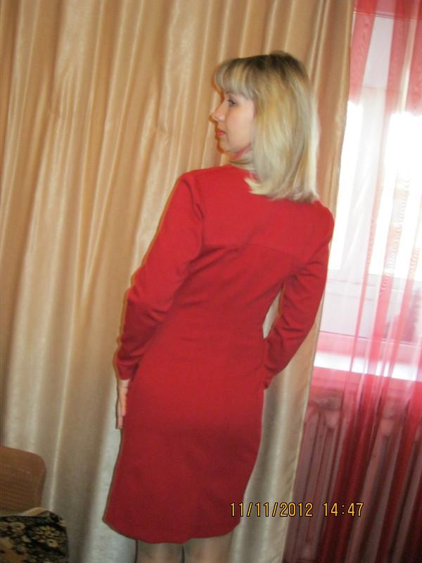 Красное платье своланами
