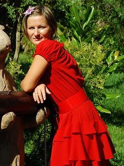 Работа с названием Красное платье с воланами!