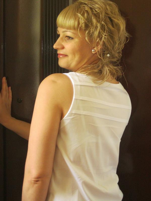 Белая блузка изтонкого хлопка.