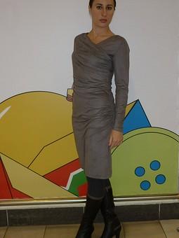 Работа с названием Серое, но очень эффектное платье