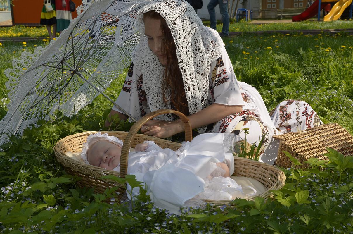 Крестильный набор (платье, чепчик, пинетки), зонтик, платок ручной вязки