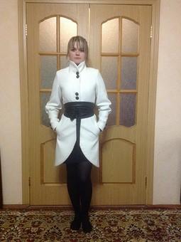 Работа с названием Белое пальто