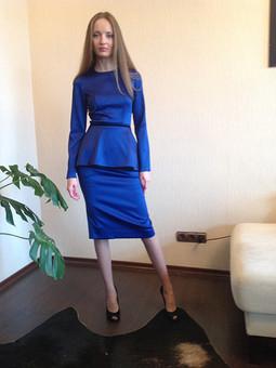 Работа с названием Синий костюм с баской