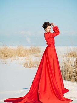 Работа с названием Бесконечное красное платье
