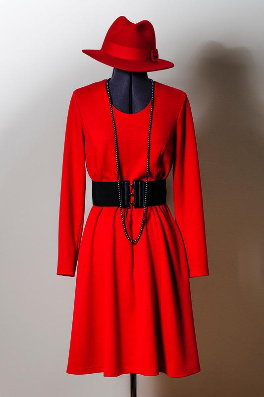 Красных платьев много небывает!