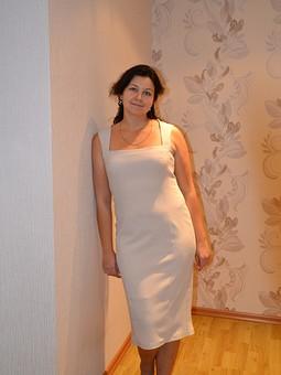 Работа с названием Бежевое платье.