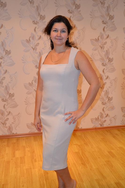 Бежевое платье.