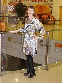 Работа с названием Серое атласное платье