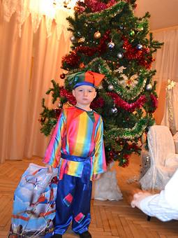 Работа с названием Новогодний костюмчик Петрушки.