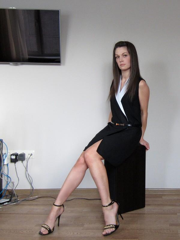 Черное платье сбелыми лацканами