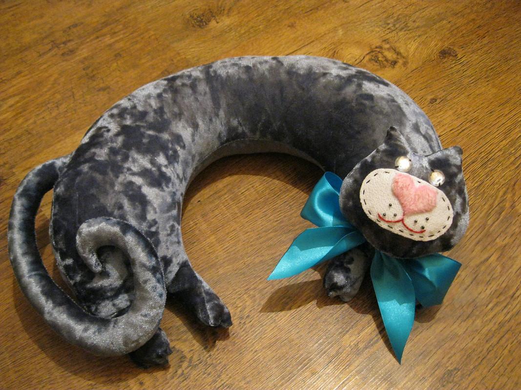 Подушка дляшеи «Котики»