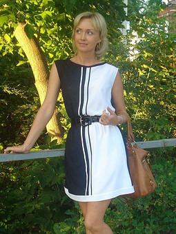 Работа с названием Черно-белое платье