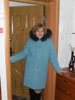 Работа с названием пальто с капюшоном,рукава реглан,слегка заужено к низу.