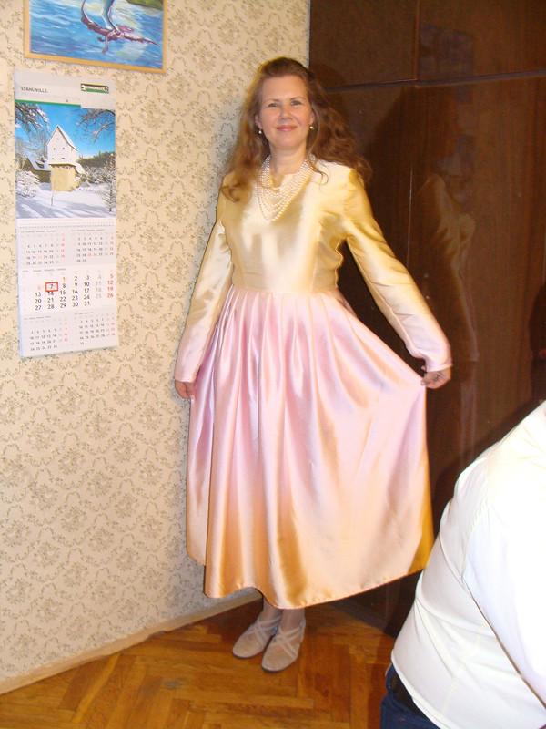 Платье изпереходного шелка