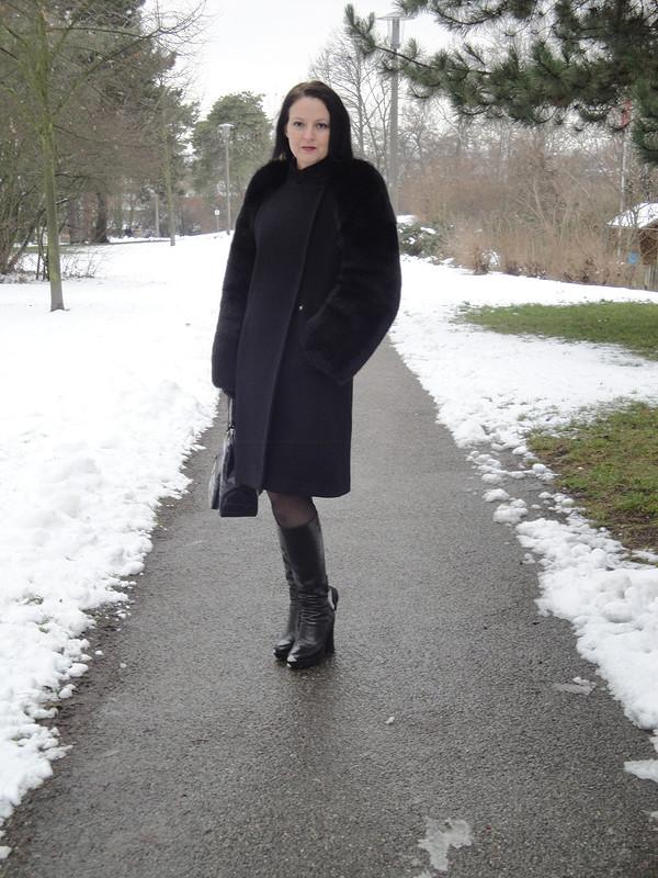Пальто смеховыми рукавами.