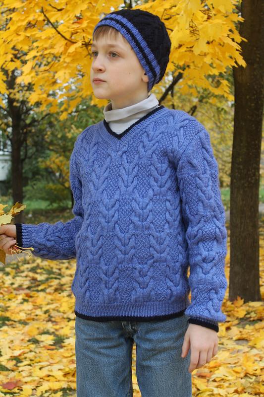Связан вручную пуловер сшапочкой