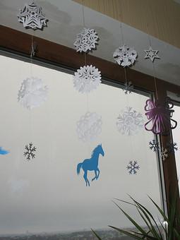 Работа с названием Бумажные новогодние украшения - лошадки, ангел, снежинки