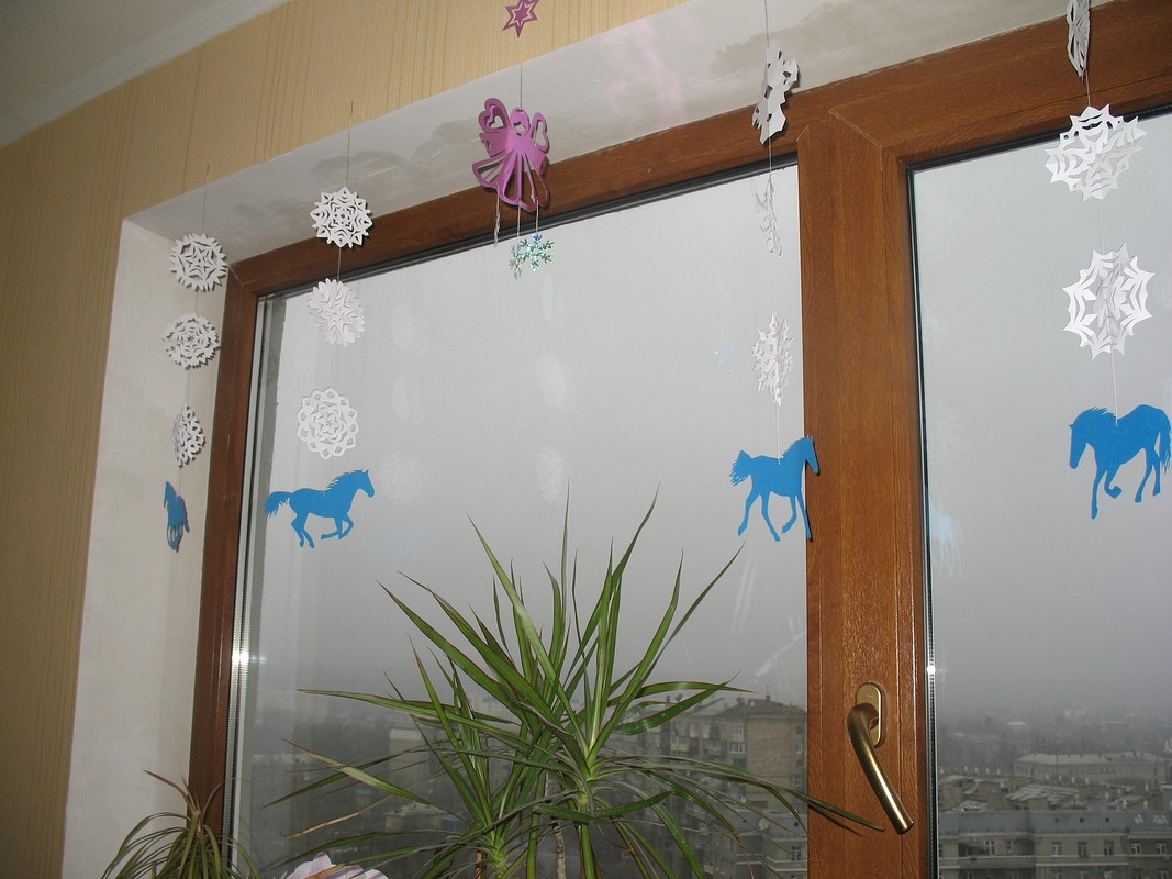 Бумажные новогодние украшения - лошадки, ангел, снежинки