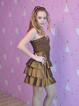 Работа с названием Платье цвета бронзы