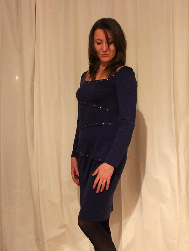 Платье джерси сметаллическими украшениями