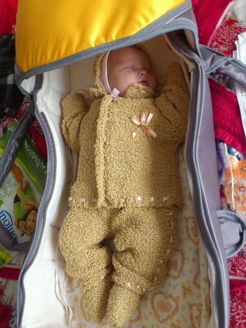 Вязаный костюм длямаленькой девочки