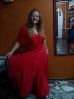 Работа с названием Красное платье в пол.
