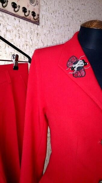 Красный классический костюм
