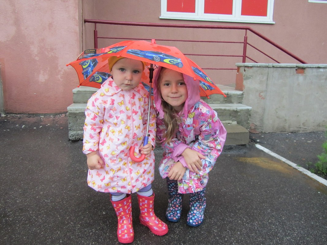 Две сестрички подзонтом