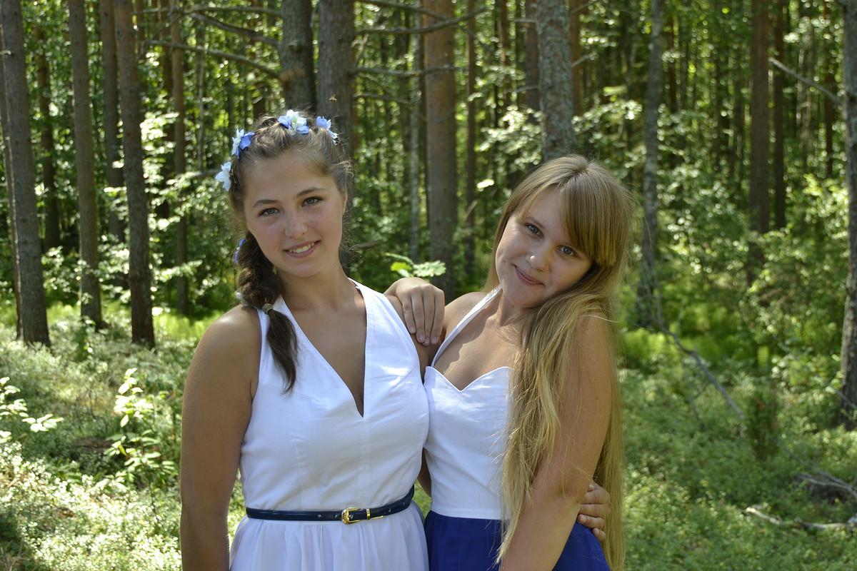 Белое платье сассиметричной юбкой