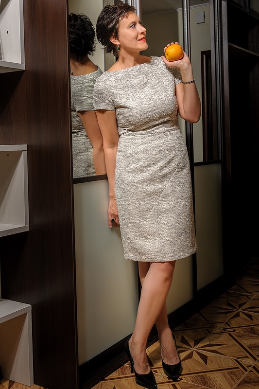 Платье срельефными швами
