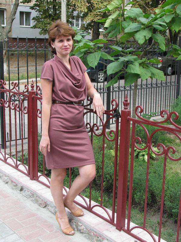 Платье своротником «качельки»