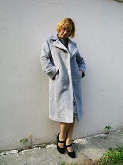 Работа с названием Пальто цвета жемчуга
