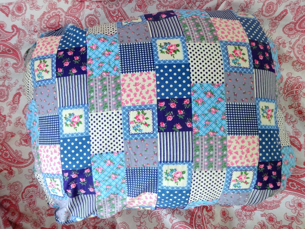 Яркая диванная подушка