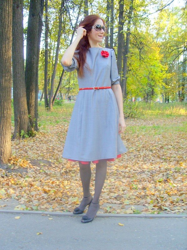 Серое платье скрасным подъюбником!