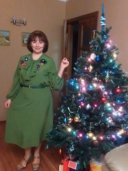 Работа с названием Зеленое платье с брошами из цветов