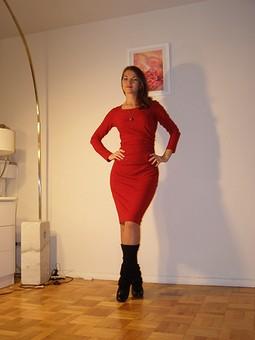 Работа с названием Красное платье