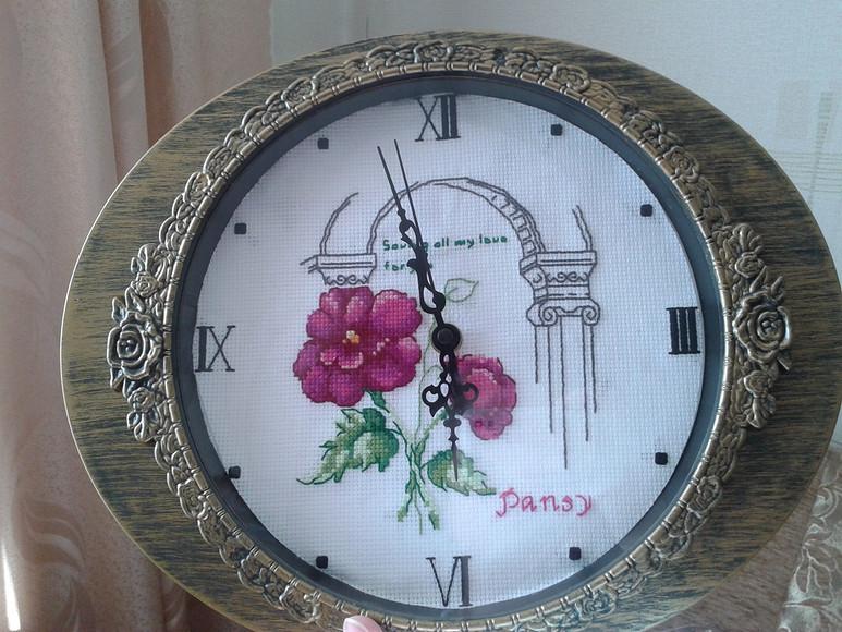 Часы свышитыми цветами