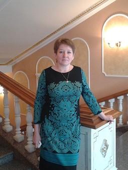 Работа с названием Платье с узорами цвета малахит