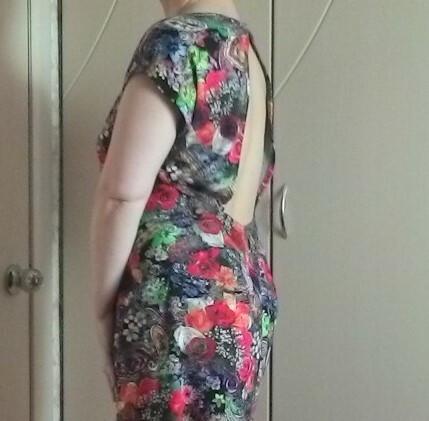 Платье сволнующей спинкой