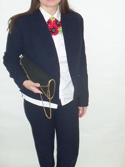 Работа с названием Брючный костюм и коллекция цветочных галстуков