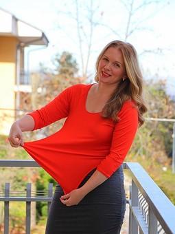 Работа с названием Оранжевый пуловер