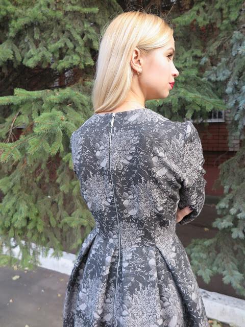 Платье со встречными складами наюбке