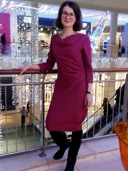 Работа с названием Малиновое платье с драпировками
