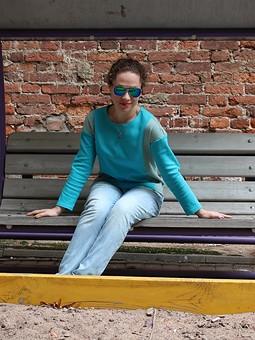 Работа с названием Двухцветный пуловер
