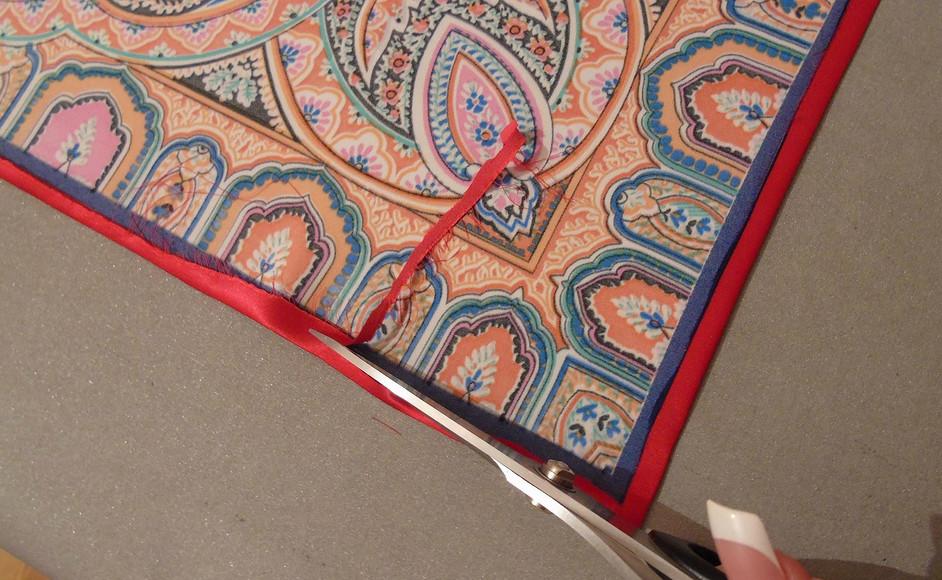 Подшиваем край шелкового платка