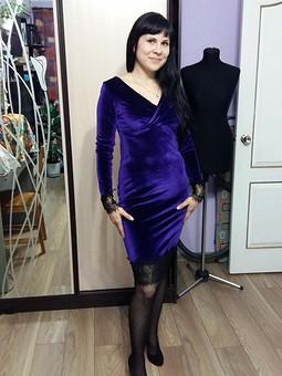 Работа с названием Бархатное платье