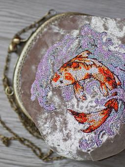 Работа с названием Сумка с вышивкой и фермуаром Золотая рыбка